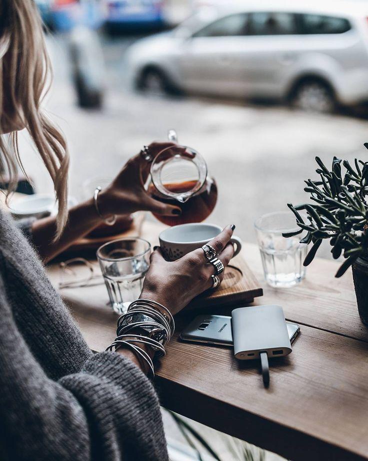 """18.3 χιλ. """"Μου αρέσει!"""", 126 σχόλια - Jacqueline Mikuta (@mikutas) στο Instagram: """"Anzeige - Sponsored by @samsungmobile_de - Coffeetime 💥 Charging on the go or wherever I am, always…"""""""