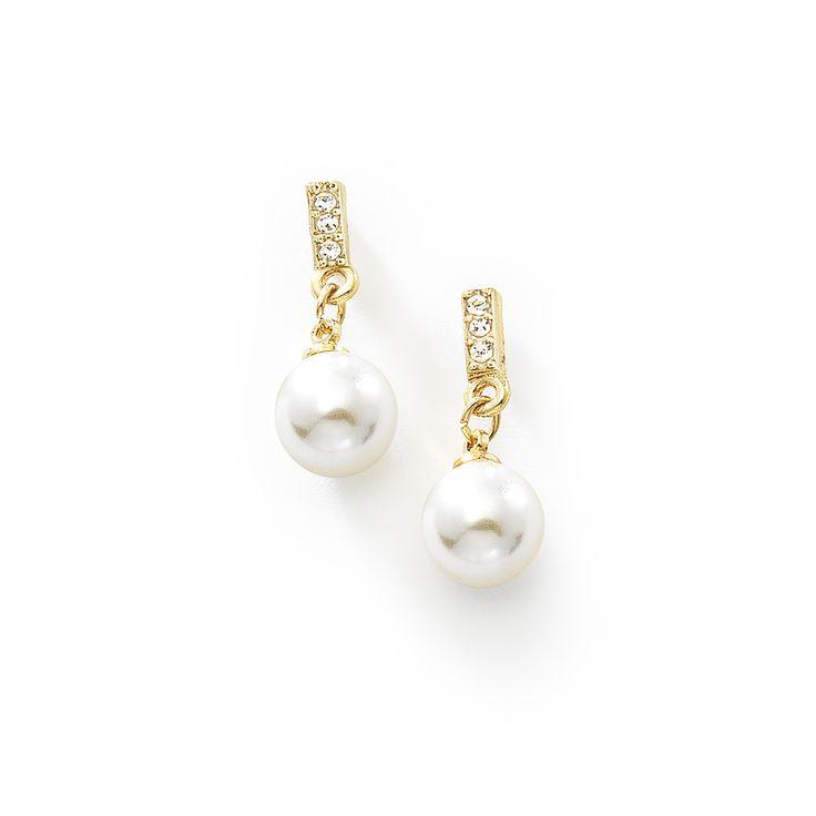 Exquisitos aretes de perla colgante con cuatro baños de oro de 18k. que te darán la sensación de libertad al portarlos. Usalos y combínalos con la pulsera de medida única con código 316126.