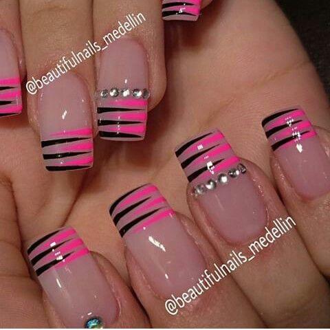 Punta cuadrada rosa natural con línea negada y rosas y anillo de piedras en dedo anular