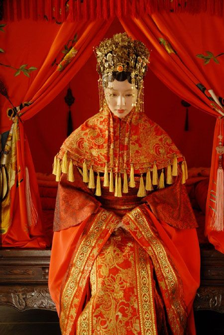 the-next-emperor:    A bride wearing a traditional Chinese bridal costume (Ming dynasty).