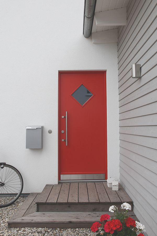 f llt ins auge rote holz haust r mit griffstange und rautenf rmigem lichtausschnitt. Black Bedroom Furniture Sets. Home Design Ideas