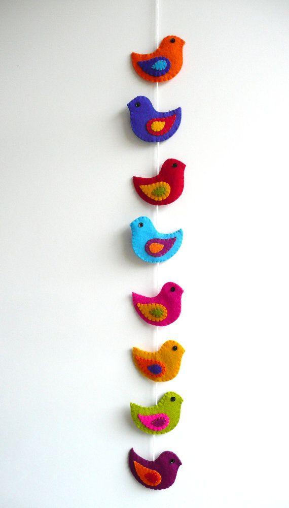 Kleurrijke vilten guirlande met vogels van HetBovenhuis op Etsy, $34.99