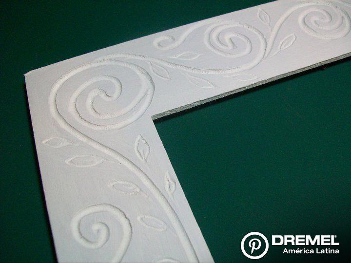 Paso 5) Pintar con dos o tres manos con pintura acrílica blanco, lijando entre mano y mano con lija fina.