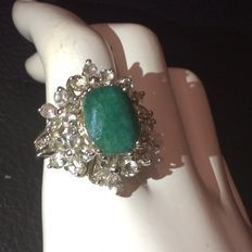 Zilveren ring gezet met natuurlijke vierhoekige gefacetteerde Smaragd en 30 witte topaas edelsteen