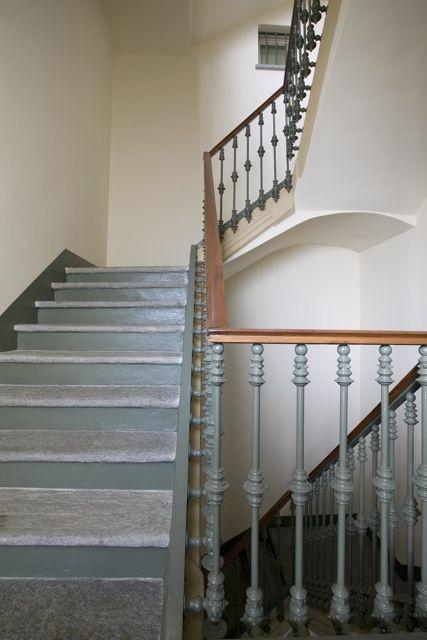 Palazzo MInerva. Particolare del mancorrente della scala condominiale con gli elementi in ghisa e mancorrente in legno. Canuto Costruzioni