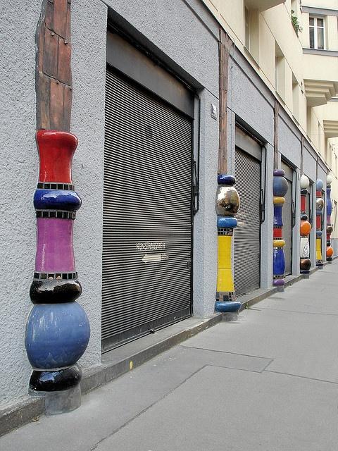 Zuilen in de buurt van het Kunsthaus in Wenen.