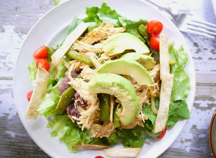 This Rotisserie Chicken Fajita Salad is my favorite weeknight salad. It's got all the flavor of chicken fajitas but in healthy salad form. And it's super easy to throw together when using already cooked rotisserie chicken. #salad #recipe #healthy #rotisseriechicken