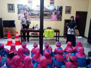 Kanit Binmas Polsek Krembung Polres Sidoarjo Berikan Pengarahan Tentang Tugas Polri