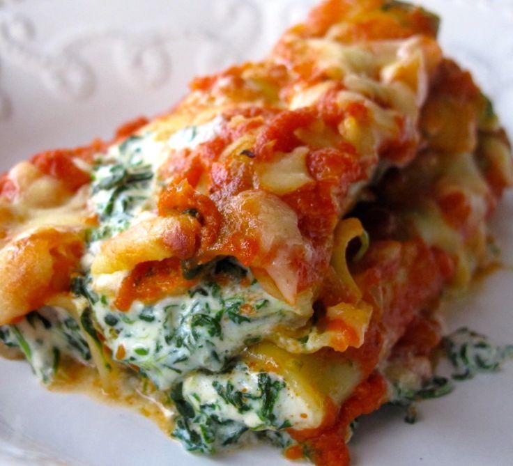 Cannelloni met spinazie en tomatensalsa. Stoof je spinazie in een beetje water en knijp het overtollig vocht eruit. Maak een bechamel, voeg spinazie toe en een handjevol kaas. Kruid af met peper,zout en nootmuskaat. Giet dit in een puntzak en vul je cannelloni. Ik neem de tomatensaus van Lidl met ui (snelle versie) je kan ook verse saus maken maar dit receptje dient bij ons net voor die snelle maaltijden. Doe1 el saus in ovenschotel, rolletjes erop,saus erover,kaas en 25 min in de…