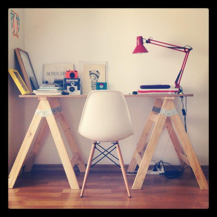 Mi escritorio: Caballetes + tabla. Silla DSW de Charles Eames. :)