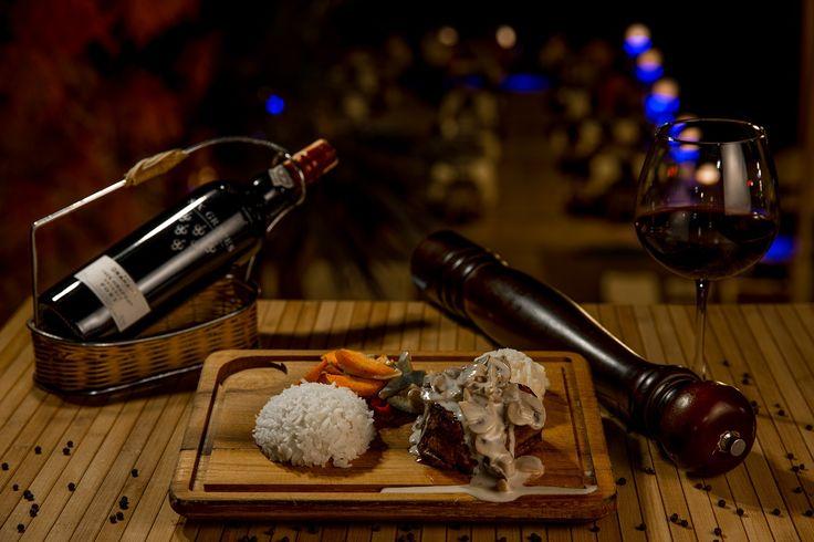 Mantar sosoyla Bonfile'nin uyumu yanında da Kırmızı Şarap ''Mushroom Steak''