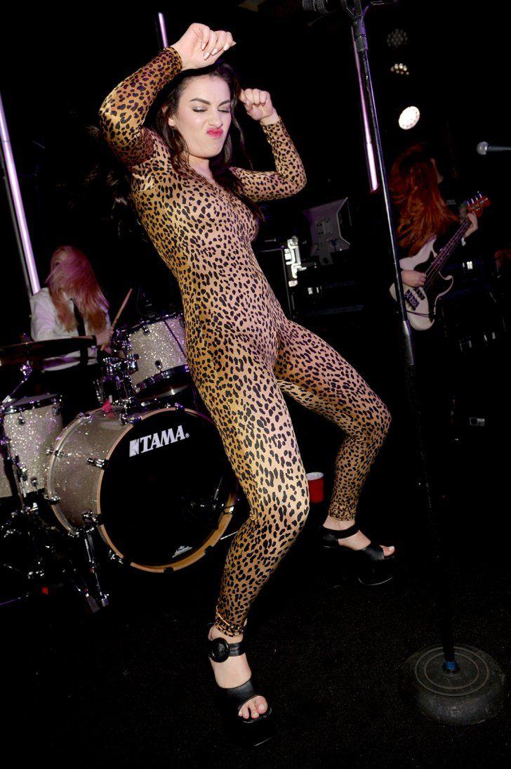 Pin for Later: Les 19 Meilleures Photos Prises Lors des After Parties des Grammy Awards  Charli XCX a enflammé le dancefloor lors de sa performance à la soirée organisée par Warner Music.