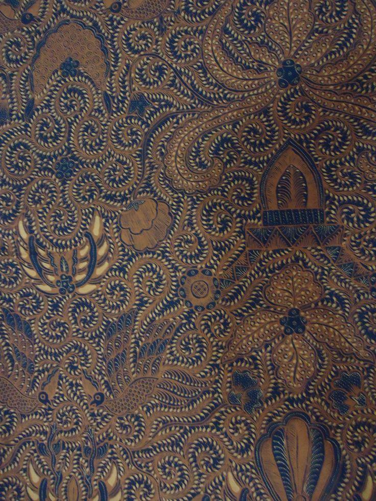Batik tulis sogan Yogya. Nuansa tradisional yang berwibawa.