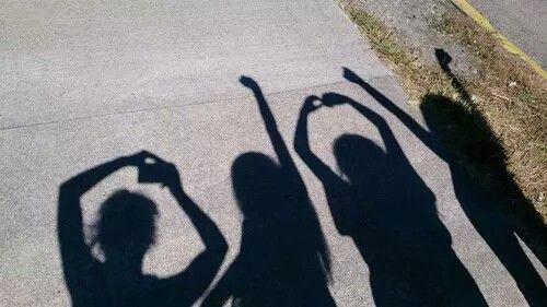 الصداقة هي ذلك الشعور الذي يقف جانب الحب . .بنفس المستوى و دون أن تتعلق به أي من عيوب الحب و مساوئه