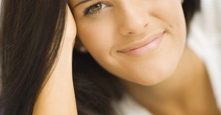 ¿Por qué a los hombres les encanta el pelo largo en las mujeres?. Algunos hombres se sienten atraídos por las mujeres de cabello largo en gran medida por el juego de apareamiento. El pelo largo representa muchos elementos sexuales para la psiquis humana. A través de la historia hasta los tiempos modernos hemos visto retratos de mujeres que usaban el cabello largo para atraer al sexo opuesto.