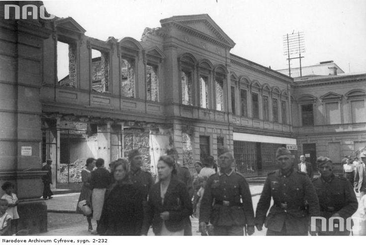 Krakowskie Przedmieście. Niemcy przed wypalonym Pałacem Morskich (dziś Kr. Przedmieście 62)