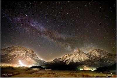 Austria: Tirol, Lermoos El Zugspitze y el pico de sol bajo la Vía Láctea