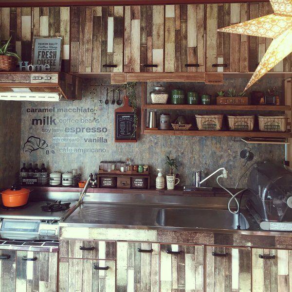 キッチンの棚を100均の板壁風リメイクシートでアレンジしています。まるで外国のおしゃれなキッチンのようですね♪台所用品もレトロな感じに揃えたりすると、とてもセンスのいいおしゃれ空間に生まれ変わってしまいます。お料理をするのが楽しくなってしまいそうですね♪
