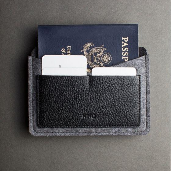 Un beau porte-passeport fait main, 100% feutre de laine et cuir, accompagné de deux compartiments cartes.