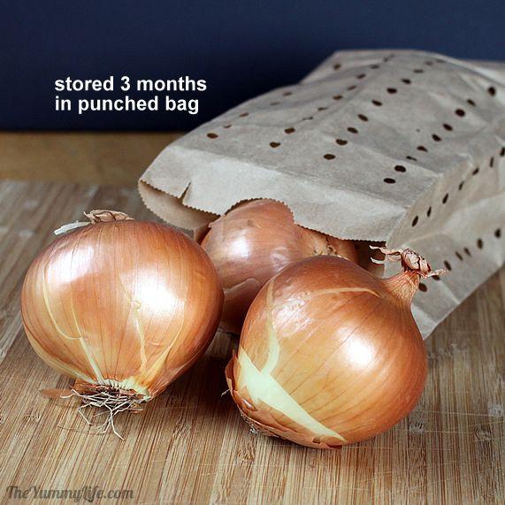 Správne skladovanie pre čerstvosť potravín nevyhnutnosťou. Poradíme vám jednoduchý tip, vďaka ktorému vydržia cibuľa a cesnak vo vašej domácnosti čerstvé celé mesiace.