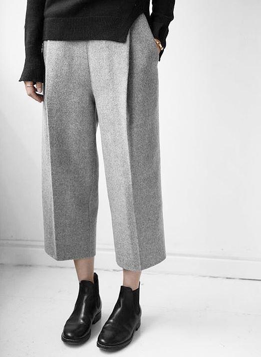 High Waist Culotte im Low-Crotch Schnitt aus schöner Wollqualität mit Elasthan-Anteil in 3/4 Länge. Hier entdecken und shoppen: https://sturbock.me/Ahy