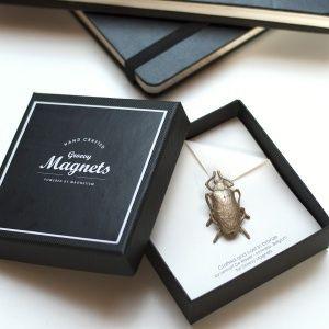 Indie Beetle Perfect matchbetween design and craftsmanship Met deze Indie Beetle willen we meer aandacht geven aan vakmanschap. In samenwerking met juweelontwerperLennart De Ridder, ontwierp Groovy Magnets deze unieke stukken, vervaardigd ui...