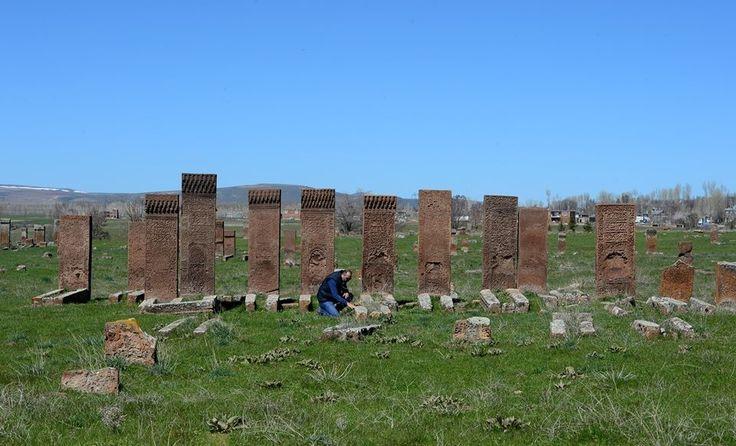 """Selçuklu Meydan Mezarlığı'nın """"ortofoto haritası"""" çıkarıldı.  Bitlis Eren Üniversitesi'nce (BEÜ) yürütülen çalışmalar kapsamında, Ahlat ilçesindeki Selçuklu Meydan Mezarlığı'nın """"vaziyet planı"""" ve """"ortofoto haritası"""" çıkarıldı.  Ahlat'taki dünyanın en büyük İslam mezarlığında, insansız hava aracı (iha) yardımıyla çekilen 500 fotoğrafın birleştirilmesiyle oluşturulan haritayla, yerli ve yabancı ziyaretçiler mezarlık hakkında bilgi sahibi olacak."""