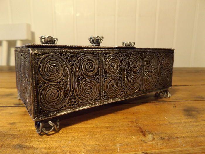 Online veilinghuis Catawiki: Antiek judaica - grote zilveren filligrein kruidendoos - Rusland 19e eeuw.