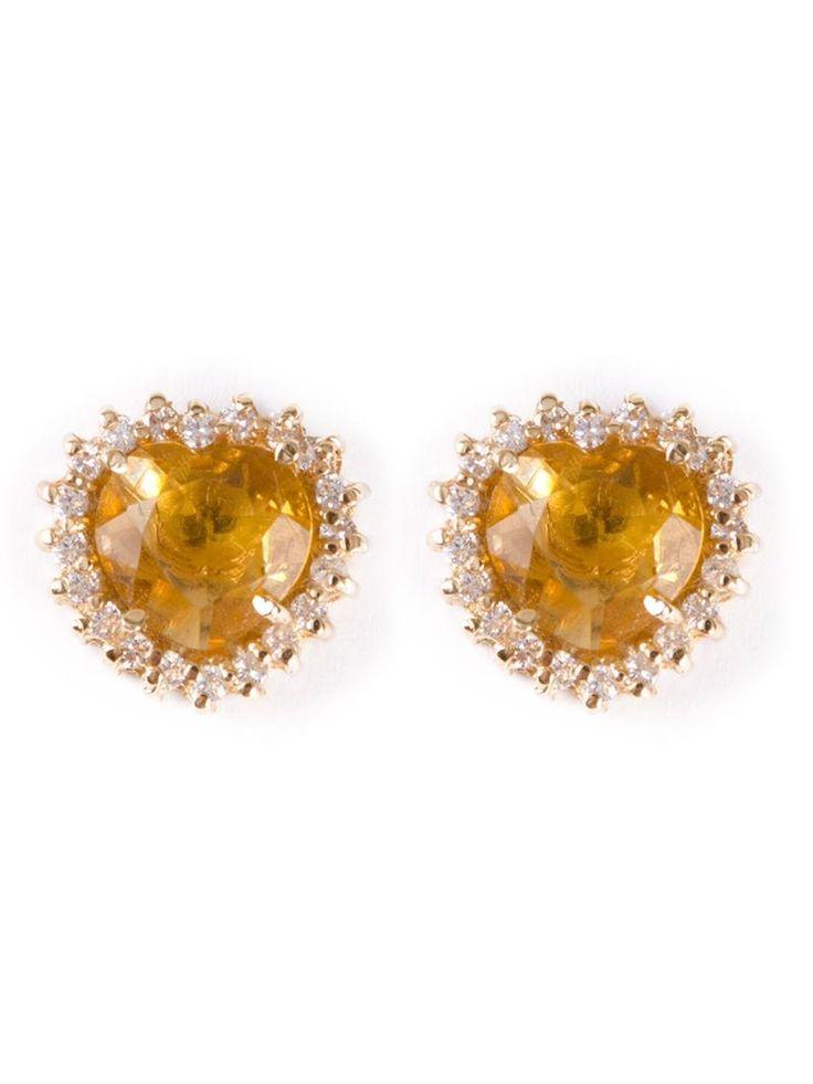 Brinco com pedra citrino e banho em ouro lembrando delicadamente a forma de um coração. A pedra citrino, pedra amarela facetada, é rodeada por pequenos apliques brilhantes - Duza http://www.colares.com/bijoux/destaques/pingente-de-coracao/brinco-com-pedra-em-forma-de-coracao-4731101159501489/