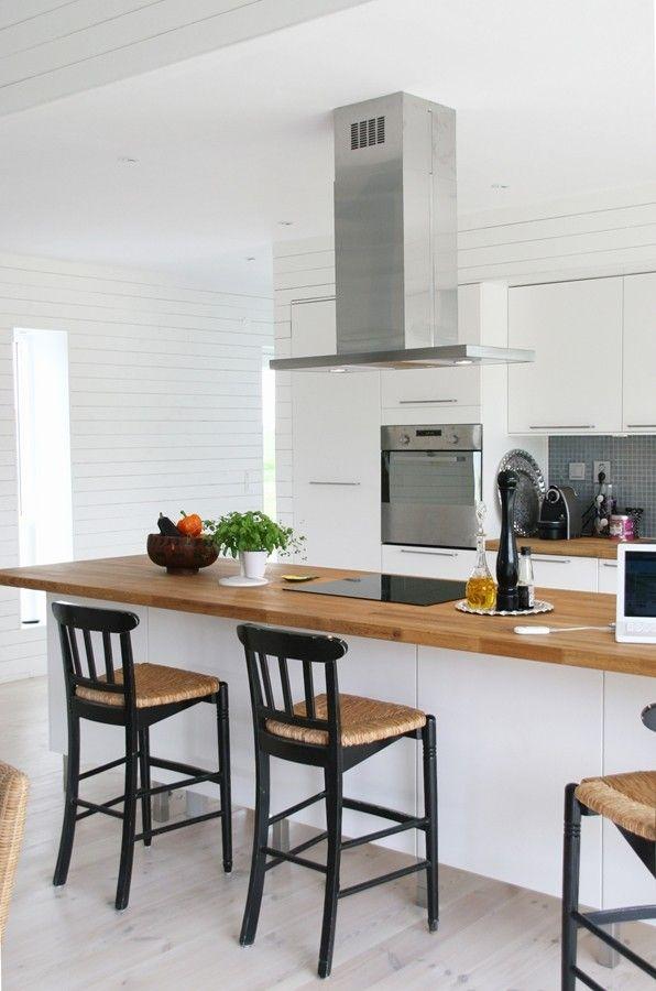 Une belle cuisine avec sièges de bar