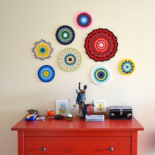 """Um conjunto de descansos de panela e porta copos de crochê, também pode ficar lindo na parede, criando uma dinâmica colorida e divertida em qualquer cantinho da casa, fugindo assim do padrão das molduras e quadrinhos, que já estamos acostumados a ver. Ou seja, um jeito simples e original de decorar a parede, sem gastar quase nada e ainda com a possibilidade de sempre que quiser, voltar a usar as peças para o seu uso """"comum"""". http://blogremobilia.com/#sthash.I7YjSMrE.dpufnewblooming-0"""