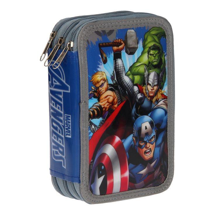 Met dit stoere en goedgevulde etui van The Avengers, heb jij jouw teken- en schoolspullen altijd bij de hand. Op de voorkant vind je de populaire Avengers: de Hulk, Thor, Kapitein Amerika en Haviksoog en aan de binnenzijde is het etui voorzien van 3 verschillende - en gevulde - vakjes. In het eerste vak vind je een potlood, rode pen, blauwe pen, een gum, puntenslijper, meetdriehoek en liniaal. In het middelste vak vind je 18 verschillende kleurtjes en in het laatste vak 18 viltstiften in…