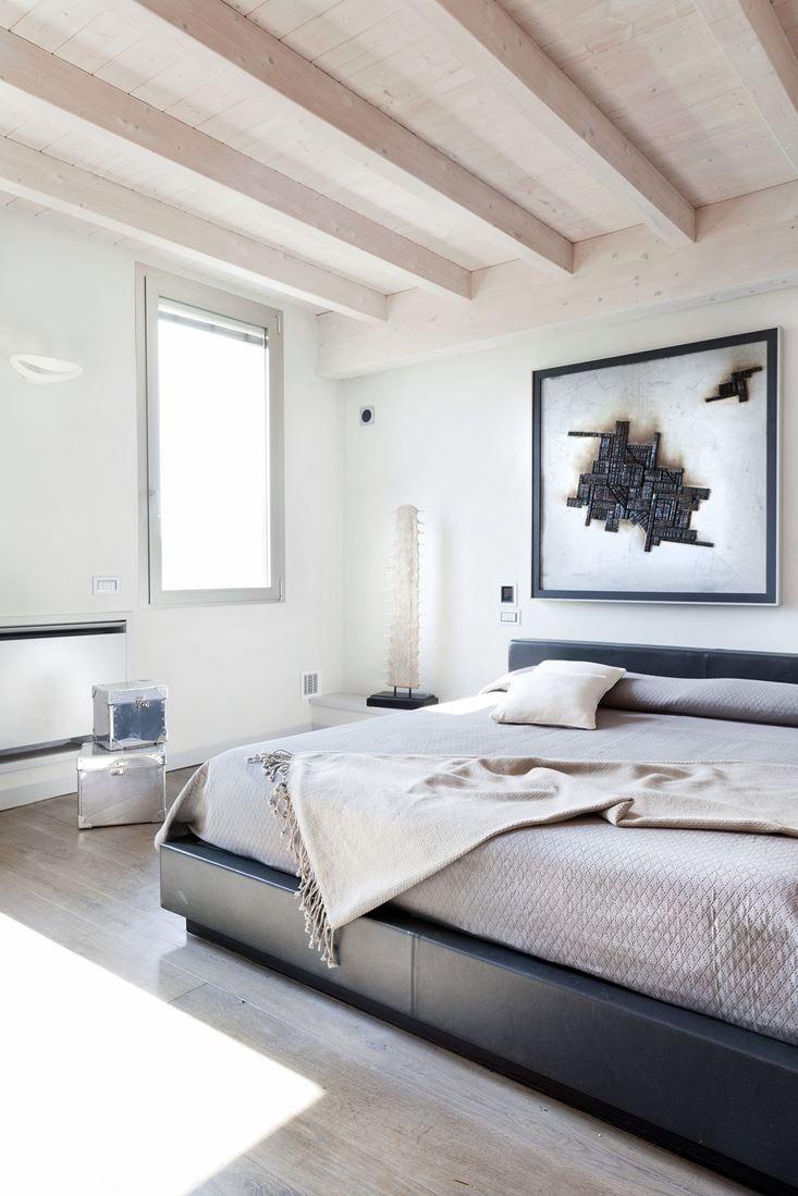 Camera da letto sui toni del bianco e del grigio
