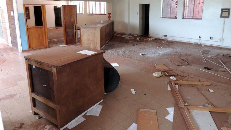 Het Zuid-Afrikaanse Dingleton moet tegen de vlakte; de aanpalende mijn wil de grond afgraven. 27 families verzetten zich, vooralsnog met succes. Ze wonen nu wel in een spookstad.