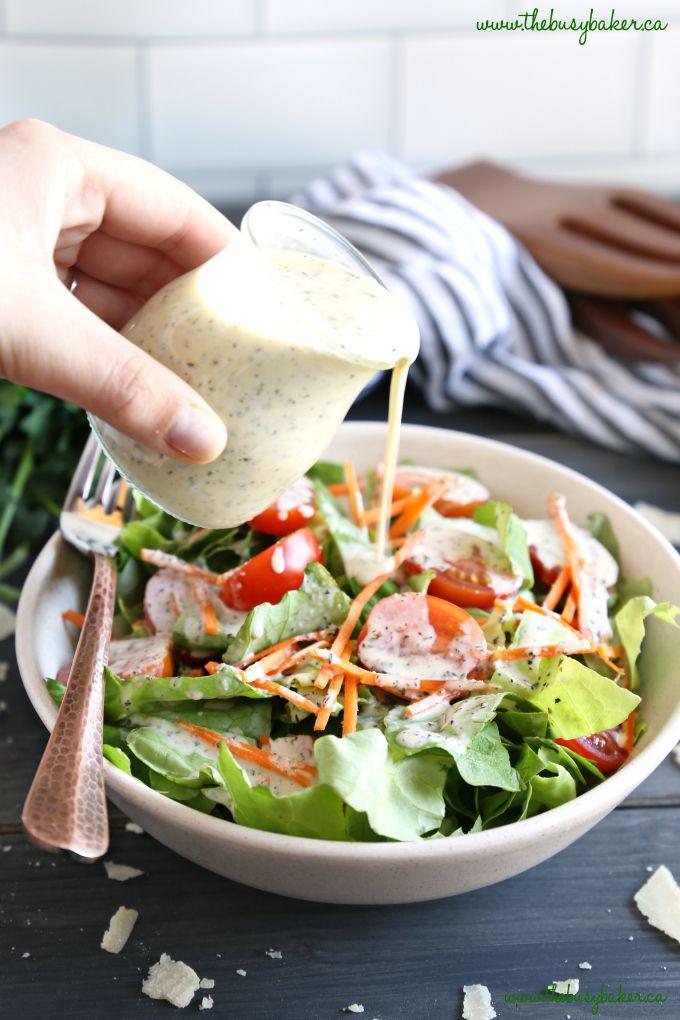 Salatsauce auf Salat gießen   – Salad dressings