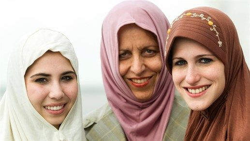 Women in hijab - Be sensitive towards foreign cultures, their traditions and laws when you are out traveling #backpacking #rtw #kilroy