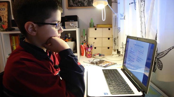 Alejandro Sánchez, de 10 años, aprende al revés. Las tareas que antes hacía en casa ahora las realiza en el colegio; las lecciones que antes escuchaba en el aula ahora las sigue de
