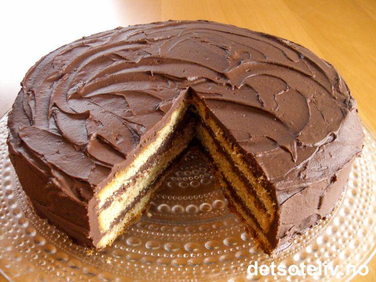 """""""Tropisk Aroma"""" er en kjempegod, norsk, krydret sjokoladekake. I sin klassiske form, består den av to lyse kakebunner og en mørk kakebunn i midten (se oppskrift på """"Tropisk Aroma"""" og """"Tropisk Aroma festkake"""" på detsoteliv.no). Her har du en variant som nøyer seg med lys kakebunn og masse deilig sjokoladekrem. """"Lys Tropisk Aroma"""" har veldig myk og saftig konsistens, og blir nesten bare bedre av å stå et par dager. Serveres med varm kaffe....! Mmmmm......"""