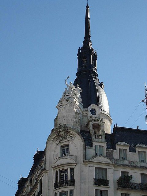 Cupula del  edificio de Av. Pueyrredon y Corrientes, Barrio de Once.-