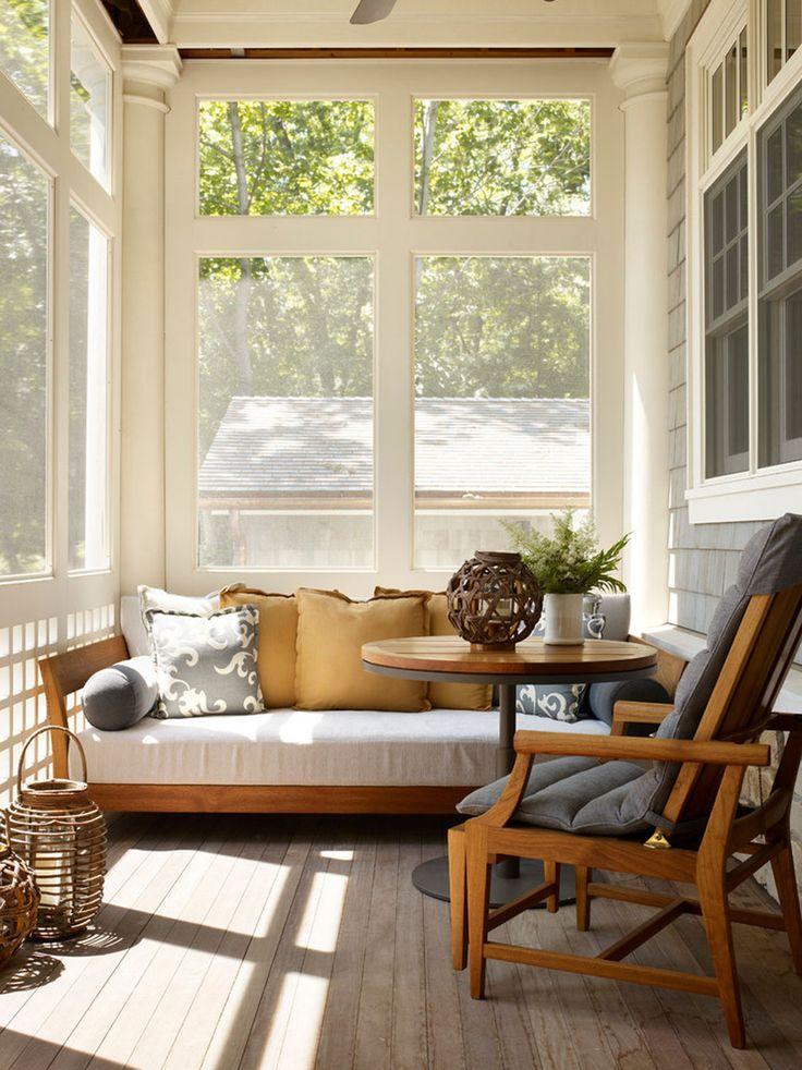 Baignée par la lumière la veranda moderne peut jouer le rôle d'un petit salon et d'une chambre d'amis