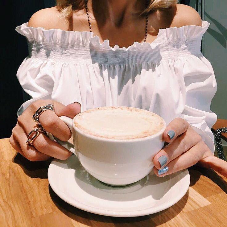 Продолжая тему утренних ритуалов плавно перехожу к дневным  Большая чашка ароматного кофе в середине дня - залог успешного его продолжения  На самом деле я демонстрирую вам свои новые колечки BALENCIAGA и маникюр Впереди у меня пара встреч а вечером джазовый концерт  #tevelevablog #fashionista #lifestyleblogger #balenciaga #rings #coffeetime by tanyateveleva