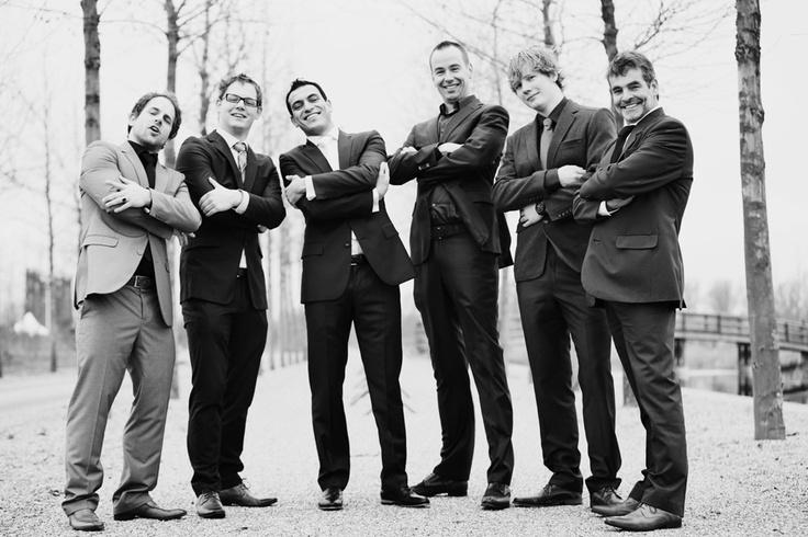 bruidegom met alle mannen stoer op bomenlaantje park Vleuten in zwart wit