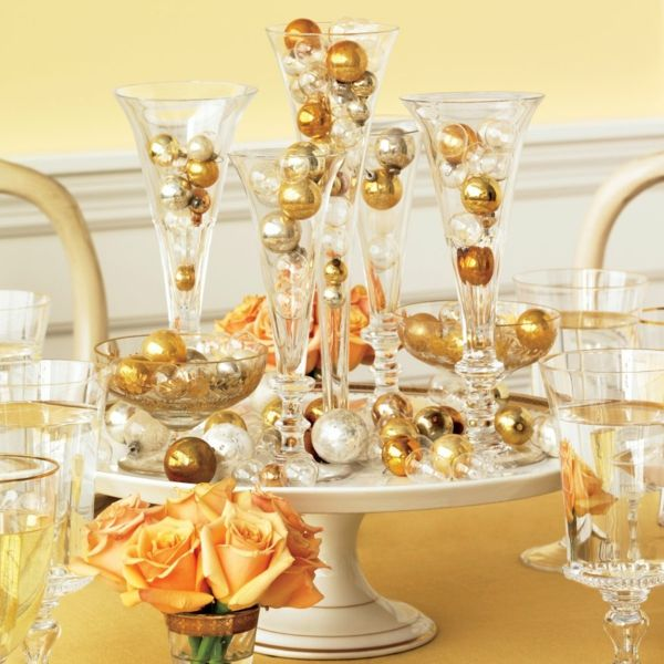 silvester deko ideen tischdeko weihnachzskugeln gold zierornamente