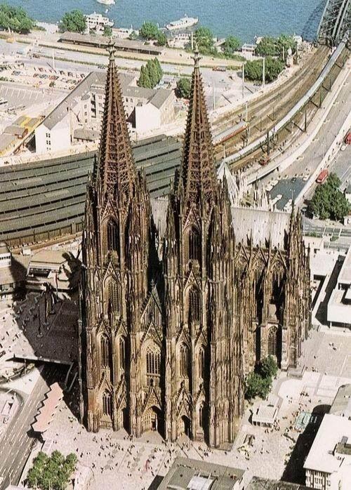 Catedral de Colônia(Koln) em alemão A Catedral de Colônia ou Colónia, localizada na cidade alemã de Colônia, é uma igreja de estilo gótico, o marco principal da cidade e seu símbolo não-oficial. É a terceira igreja mais alta do mundo é patrimônio da humanidade