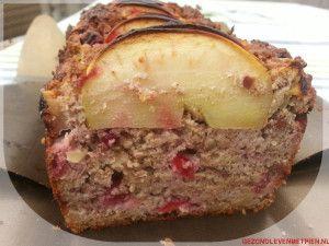 Doorsnede van appel noten cake met rode bessen
