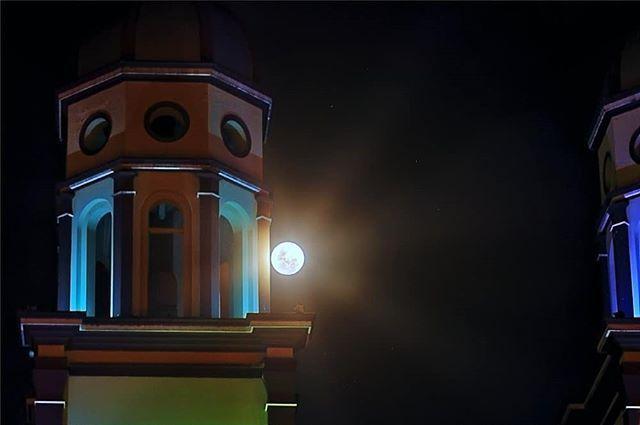Between the sky and earth. A big moon touch with its rays the bell tower of Santiago church. It is a meet astronomically perfect.  Entre el cielo y la tierra. Un gran toque de luna con sus rayos el campanario de la iglesia de Santiago. Es un encuentro astronómicamente perfecto.       @idpacifico @idcolombia @idlatino @pasto_narino_colombia @waycorigen @yo.soy.pasto @turismopasto @estoespasto @lauralloyd_e @gobernaciondenarino @greatcolombia @colombia_greatshots @lugaresfantasticosdelmundo…