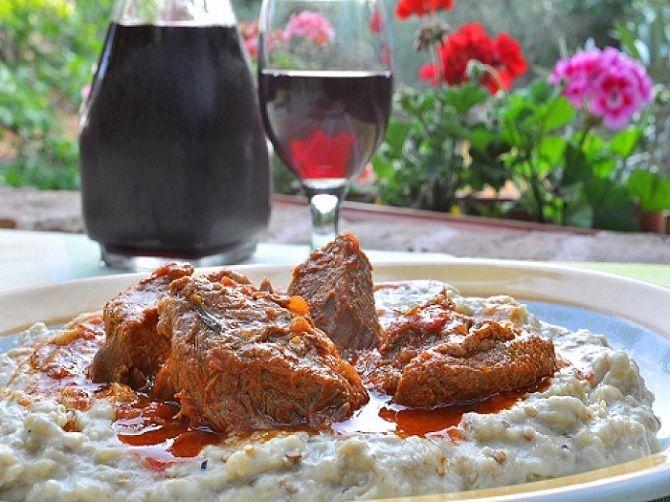 Χουνκιάρ μπεγιεντί (τουρκ. hünkâr beğendi) ονομάζεται φαγητό της τούρκικης κουζίνας, το οποίο γίνεται με αρνίσιο ή μοσχαρίσιο κρέας και πουρέ από μελιτζάνες