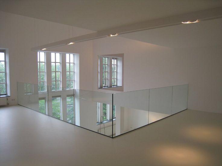 Glazen balustrade in woonhuis.
