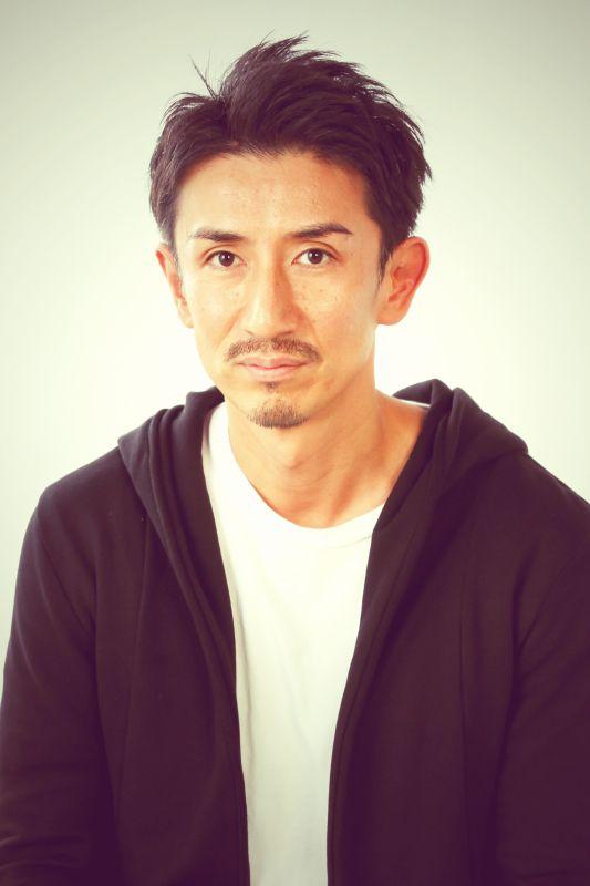 """ゲスト◇篠原功(Isao Shinohara)1972年 東京生まれ。俳優・脚本・演出・演劇団体SINK主宰。2000年に演劇実践集団・デスペラーズを旗揚げし、年2本のペースでオリジナル作品を上演。2009年に芸名を「篠原功生」から本名の「篠原功」に戻し、同年に、演劇団体「SINK」を旗揚げ。旗揚げ公演「余興」、第2弾公演「生命 over there...」の作・演出をプロデュース。2015年より演劇プロデュース団体から劇団として再始動。8月に、第一回劇団旗揚げ公演「追憶」を上演。2016年4月には、最新公演となる""""SINK STAGE 6"""" 『一騎』( 作・演出 篠原功)を上演。"""