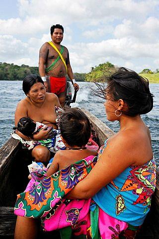 Familia de Embera , vida en comunidad nativa por el río Chagres dentro del Parque Nacional Chagres, República de Panamá, América Central